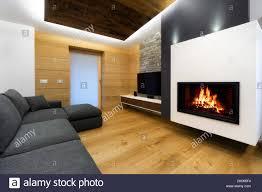moderne holz wohnzimmer mit sofa und kamin stockfotografie