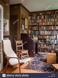 retro wohnzimmer mit bücherregal stockfotografie alamy