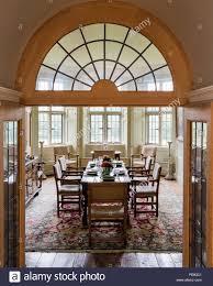 verglaste doppeltüren führen in das esszimmer mit 18 stühlen