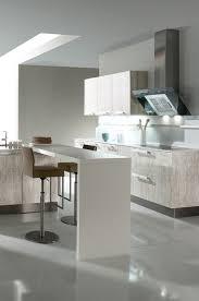 eine betonküche lässt sich toll mit weißen küchenelementen