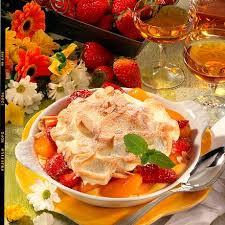 vanillepudding mit früchten und eischnee haube
