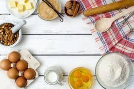 backen kuchen in ländlichen küche teig rezept zutaten eier mehl milch butter zucker auf weißen holztisch oben mit kopie raum