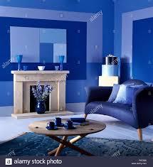blaues sofa und einen couchtisch aus hellem holz in einem