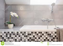 graues badezimmer mit mosaikfliesen stockbild bild