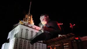 Halloween Usa Flint Michigan by Man Builds Massive King Kong Display In Yard For Halloween