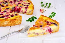 kuchen mit erdbeeren heidelbeeren johannisbeeren und himbeeren crème brûlée auf rustikalen brettern studio photo