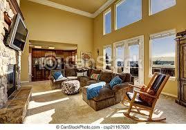 luxus wohnzimmer mit kamin und tv geräumiges helles