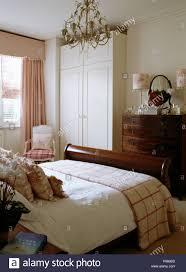 creme kleiderschrank im schlafzimmer mit pinkfarbenen