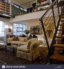 polstermöbel in offenen wohnzimmer mit treppe mezzanine