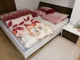 schlafzimmer bett mit lattenrosten 2 nachtkästchen und