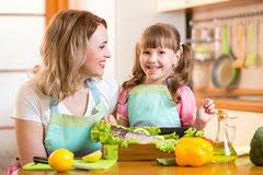cuisine maman maman faisant cuire dans la cuisine illustration de vecteur