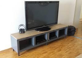 un meuble télé industriel avec une étagère expedit kallax
