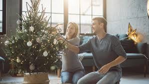 weihnachtsbaum einen tag vor dem schmücken aufstellen