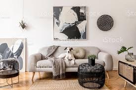 stilvolle und skandinavische wohnzimmer interieur der modernen wohnung mit grauen sofa design holz kommode schwarzer tisch le abstrac gemälde an