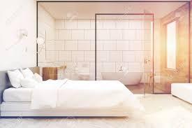 schlafzimmer interieur mit einem großen doppelbett und ein badezimmer mit glas und weiße wand 3d rendering mock up getöntes bild