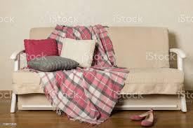 beige sofa mit plaid und bunten kissen im wohnzimmer stockfoto und mehr bilder behaglich