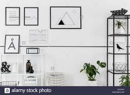 einfache schwarz weiss poster aufhängen an weiße wand im