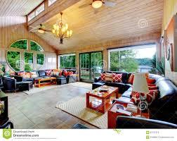 erstaunliches wohnzimmer mit riesigen fenstern und