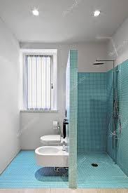 gemauerte dusche im modernen badezimmer mit mosaik fliesen
