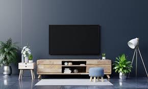 led tv an der dunklen wand im wohnzimmer minimales design