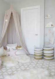 tapis chambre d enfant déco deco cocooning tapis en fausse fourrure panier en blanc et