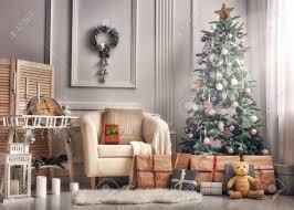 frohe weihnachten und frohe feiertage ein schönes wohnzimmer dekoriert für weihnachten