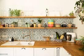 stilvolle freiraum küche mit zubehör pflanzen und platten designinterieur der gemütlichen küche mosaik hintergründe wand stockfoto und mehr bilder