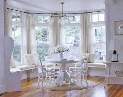 gestaltung eines wohnzimmers mit erkerfenster
