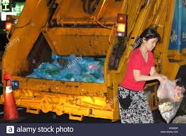 100 Garbage Truck Song Taipei Taiwain 08th May 2017 A Taiwanese Woman Bringing Her