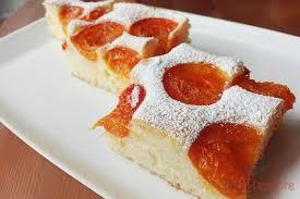mit puderzucker bestäubter fluffiger aprikosenkuchen