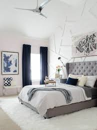 gestaltung schlafzimmer blaue gardinen graues bett weisser