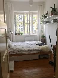 schönes im altem stil schlafzimmer mit bretterboden und