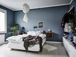 plante verte dans une chambre à coucher peinture bleu pigeon lit banc et plante verte dans la chambre à