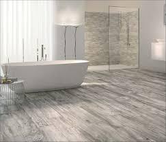 bescheiden badezimmer fliesen holzoptik grau und badezimmer