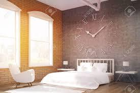 seitenansicht schlafzimmer mit großen uhr auf graue wand ein riesiges bett und weißen sessel konzept der gemütlichen zimmer 3d rendering getöntes
