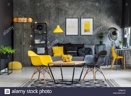 moderne einrichtung in gelb und grau industrie büro innen