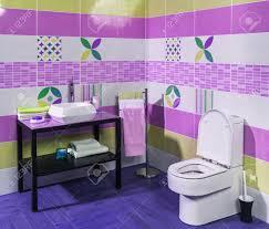 innenansicht der stilvollen modernen badezimmer mit lila und grünen kacheln