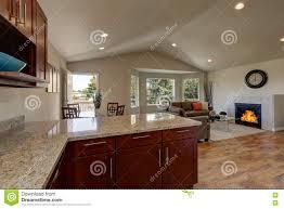 offener grundriss der küche des speisens und der wohnzimmer