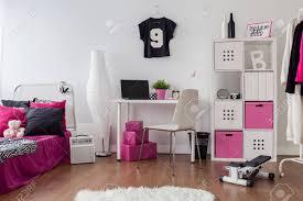 geräumige inneneinrichtung in rosa weiß und schwarz schlafzimmer und studium kombiniert