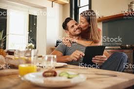 baise cuisine femme donner bon matin baiser à petit ami dans la cuisine stock