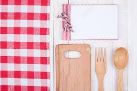 fond de cuisine livre de recette matériel de cuisine sur fond de bois blanc