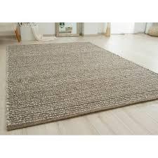 handgefertigter teppich aus wolle in braun