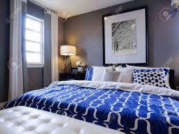 moderne schlafzimmer mit blauen wand und weißer bettwäsche