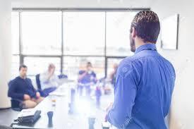 l homme d affaires de faire une présentation au bureau dirigeant