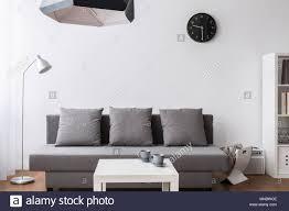 moderne minimalistische wohnzimmer in grau und weiß mit