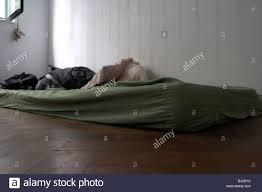 alte schmutzige matratze auf dem boden in der ecke ein