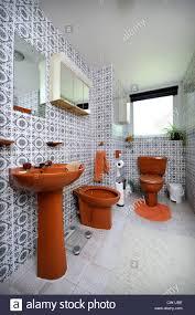 badezimmer mit braunen suite in einem 70er jahre stilhaus in