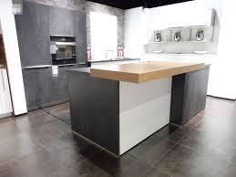a moderne weiße küche mit großer insel in betonoptik hem