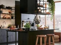 une étagère métal suspendue au plafond dans la cuisine par mlc deco