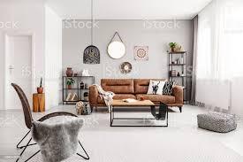 sessel und hocker in der nähe tabelle innen grau wohnzimmer mit ledercouch und spiegel echtes foto stockfoto und mehr bilder boho stil